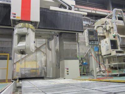 新日本工機 RB-150F<br /> <br /> ・最大2300X4250X600+850Hの<br />  加工範囲に対応<br /> ・5軸加工により面直面、穴加工<br />  に対応、加工時間短縮が可能<br /> ・大型ラムを採用し<br />  高剛性・高精度を実現<br />